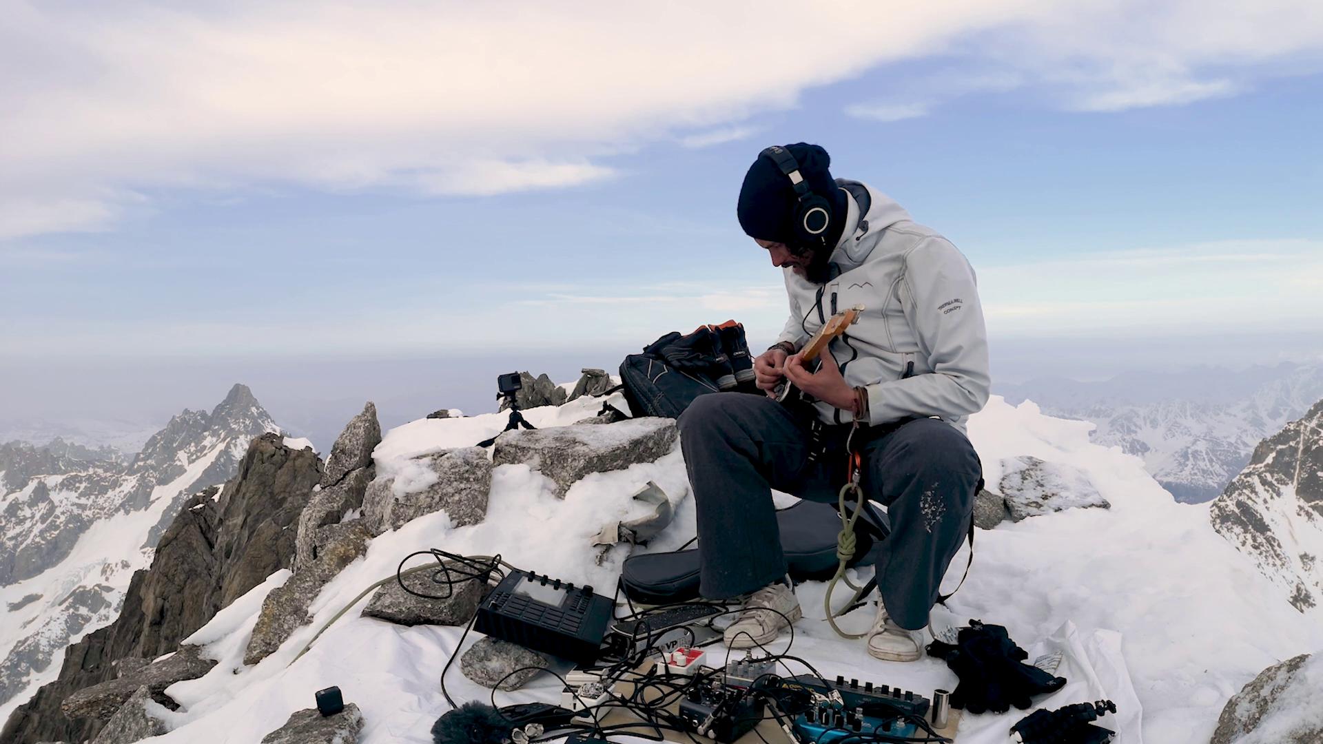 Kwoon en solo sur l'aiguille du Triolet (massif du Mont Blanc).